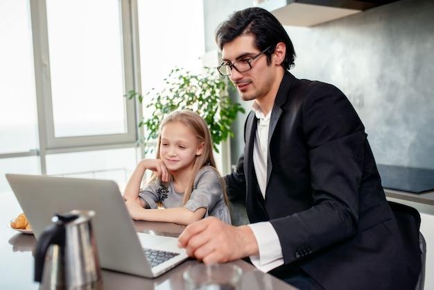 그녀의 아버지와 함께 컴퓨터에서 영화를보고 행복 한 어린 소녀