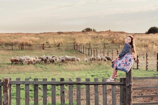 農場で羊との幸せな女の子