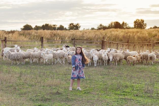 양 농장에서 행복 한 어린 소녀