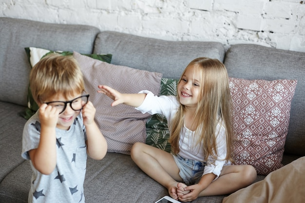 幸せな小さな子供たちが居間で遊んでいます
