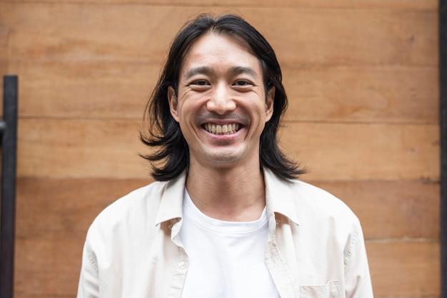 幸せな長い髪の日本人男性