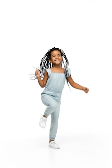 Bambina castana felice dai capelli lunghi isolata su fondo bianco con copyspace