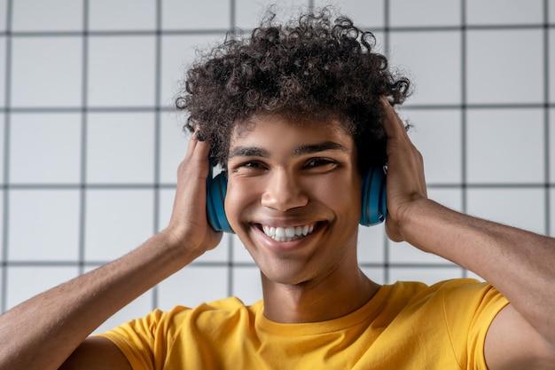 행복한 모습. 웃 고 행복을 찾고 이어폰에 아프리카 계 미국인 젊은 남자