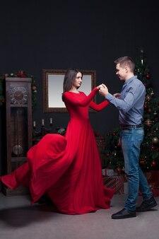 幸せな愛のカップルのダンス、豊かなインテリア