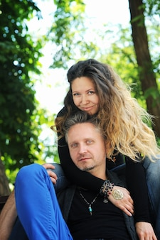 幸せな愛のカップルの屋外の肖像画、抱きしめる