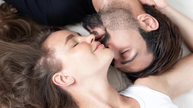 Счастливая влюбленная пара улыбается