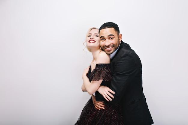 Счастливые прекрасные моменты милая влюбленная пара обниматься. роскошное вечернее платье, выражающее настоящие положительные эмоции, счастье вместе, потаенные вещи.