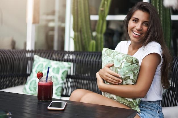 白いtシャツのショートパンツで幸せな素敵な優しい若いヨーロッパの女の子