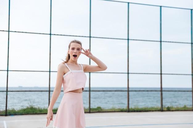 행복 한 사랑스러운 젊은 여자 서 야외에서 재미