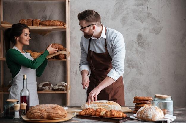 Счастливая любящая пара пекарей.