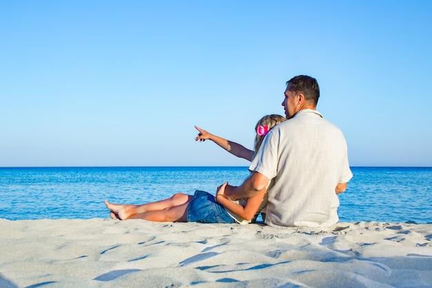 Счастливая влюбленная пара на берегу моря на природе