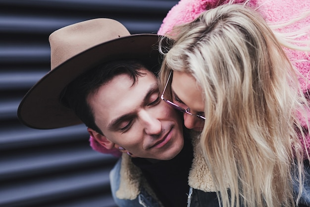 街で抱き合ってキスする幸せな愛情のあるカップル