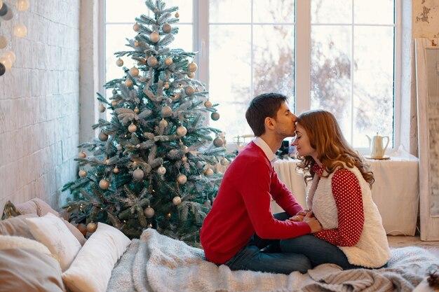 Счастливая любящая пара наслаждается рождеством