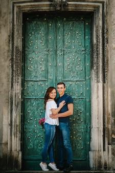 屋外で幸せの瞬間を楽しんで幸せな愛情のあるカップル。愛と優しさ、交際、ロマンス。ライフスタイルのコンセプト。