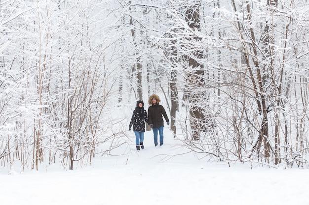 눈 공원에서 야외에서 재미 행복 한 사랑 커플. 겨울 방학.