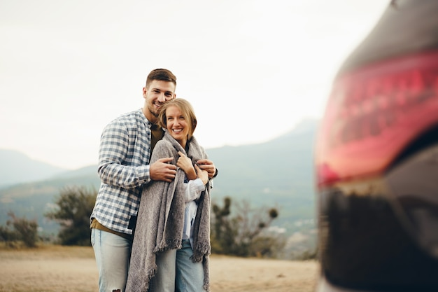 Счастливая любящая пара, походы и объятия в горах