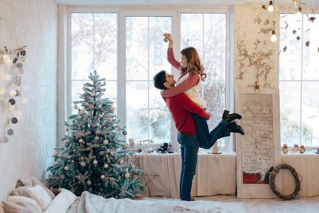 Счастливая любящая пара в канун рождества