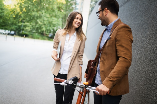 幸せな愛情のあるカップルが歩いて、街で楽しんで笑って