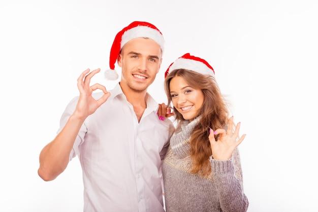산타 모자와 함께 행복 한 사랑 부부