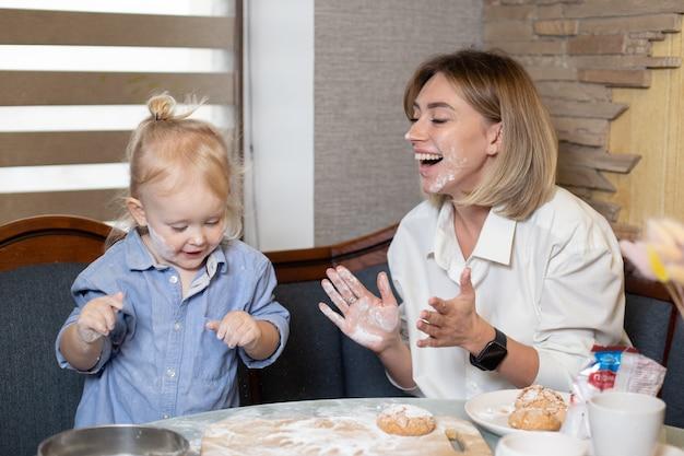 Счастливая любящая семья вместе готовит выпечку.