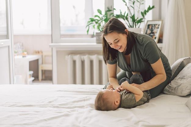 Счастливая любящая семья. мама с сыном играют дома.