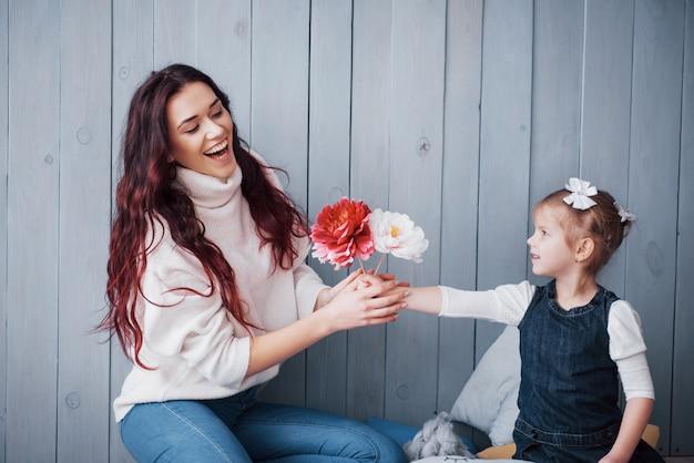 幸せな愛情のある家族。母と娘の子供の女の子が一緒に遊んで