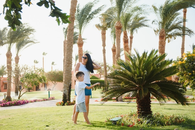 Счастливая любящая мать и сын, играя и обнимая. Premium Фотографии