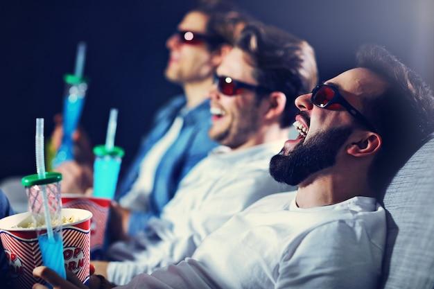 팝콘을 먹는 영화관 시계 영화에 앉아 행복한 남자 친구