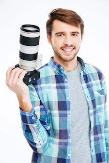 흰색 배경에 고립 된 사진 카메라를 들고 행복 한 남성 사진 작가