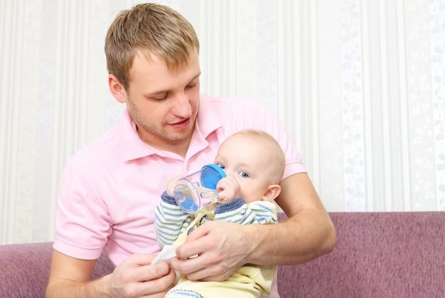행복 한 남자와 집에서 아기