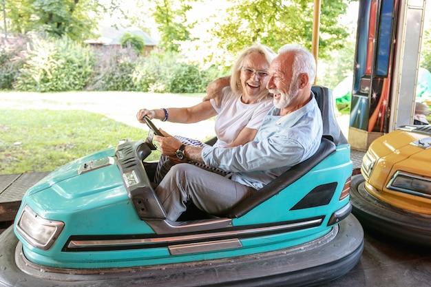 幸せな男と女が車を運転
