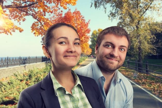 가을 공원에서 행복한 남자와 여자