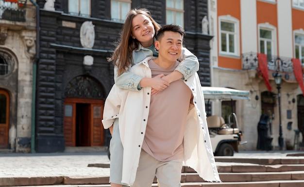 幸せな男性と女性の屋外
