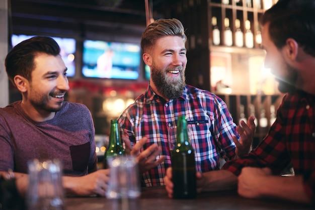 행복한 남자는 그의 친구의 관심을 끈다 무료 사진