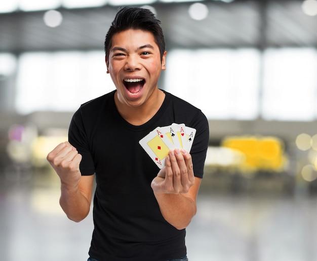 Uomo felice che celebra con i soldi in mano