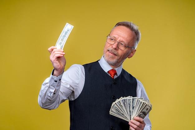 お金を楽しんで幸せな男。お金、米ドル、ビジネスマン、成功に富んだ手。