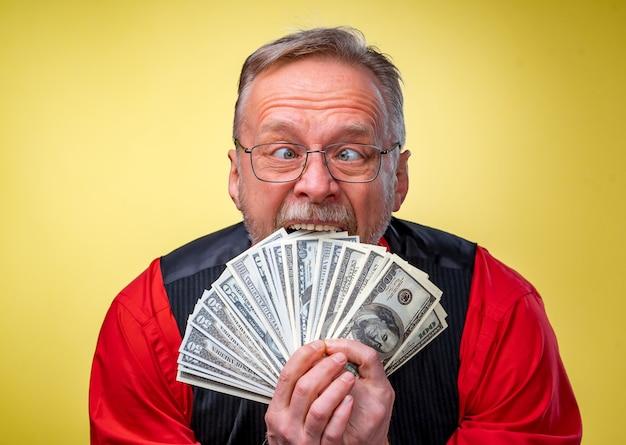 お金を楽しんで幸せな男