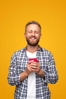 Счастливый человек, наслаждаясь утренним кофе