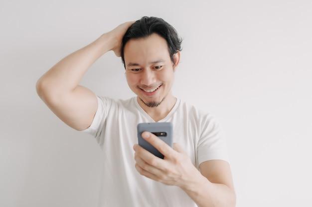 スマートフォンでオンラインの友達に挨拶する幸せな男