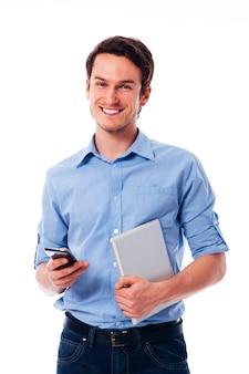 Счастливый человек, держащий мобильный телефон и цифровой планшет