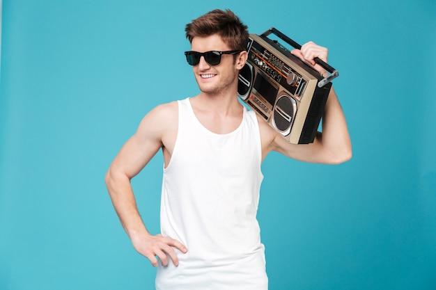 Счастливый человек, держащий магнитофон