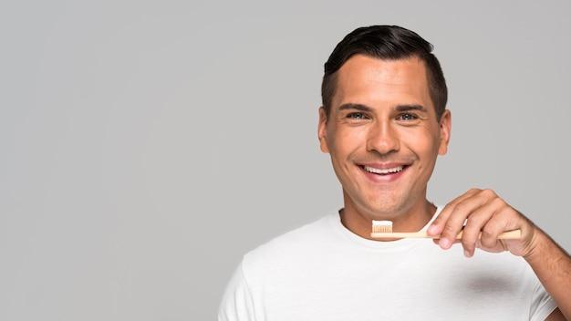 歯ブラシを持って幸せな男