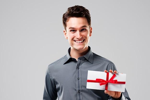 Uomo felice che tiene carta bianca