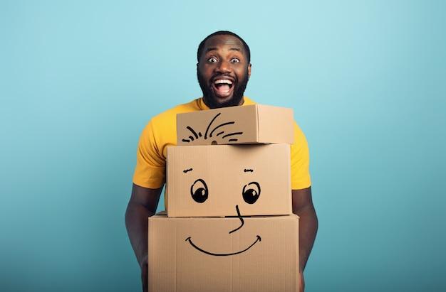 Счастливый человек держит много полученных пакетов.