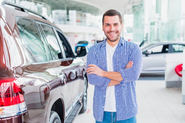 Счастливый человек в автосалоне