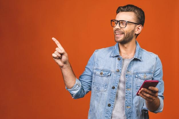 オレンジ色の背景にsmsを入力してメガネで幸せな男