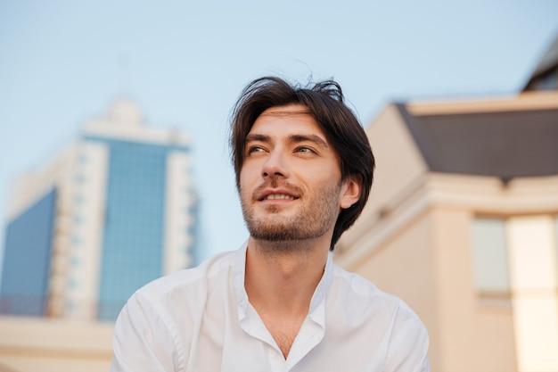 Счастливый человек в рубашке. портрет крупным планом