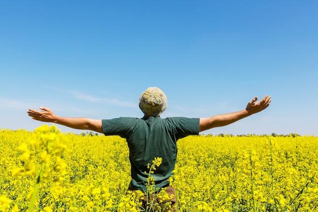 黄色いフィールドで幸せな男