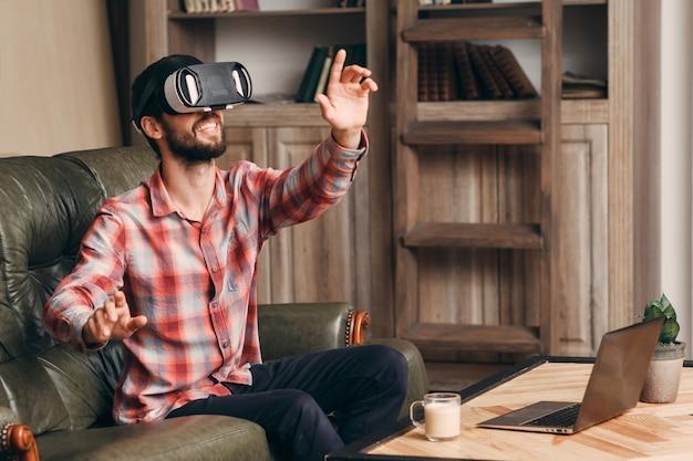 ビデオゲームをプレイするvrメガネの幸せな男。