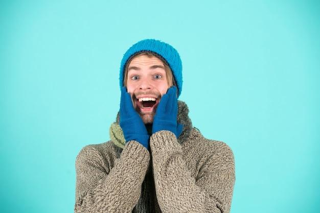 겨울 옷에 행복 한 사람입니다. 남자는 겨울 휴가에 행복 미소입니다. 휴일은 행복한 날입니다. 축제가 되십시오.